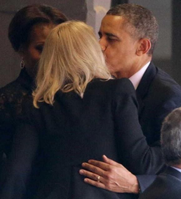Obama-kissing-Danish-PM